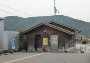 グラウンド脇の公衆トイレ