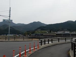 市ノ瀬橋を渡る
