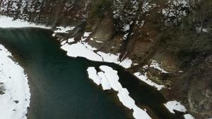 川沿いの雪