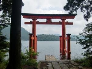平和の鳥居から湖を望む