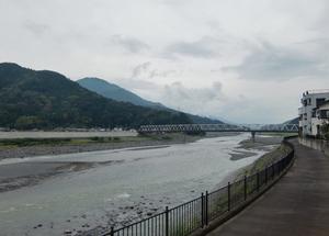 身延駅前の富士川の流れ
