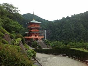 三重の塔と滝